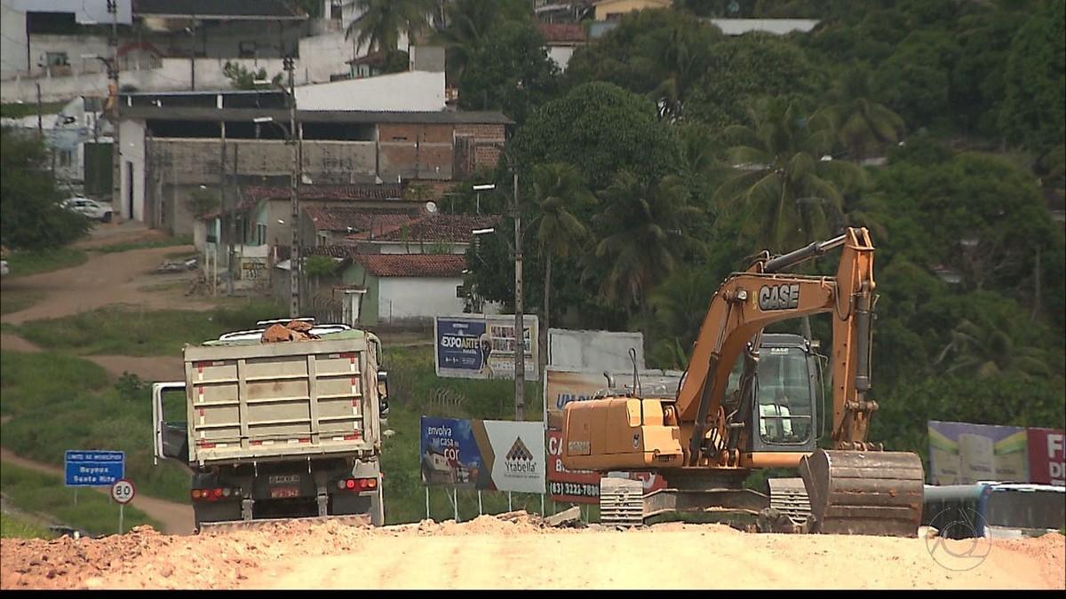 Motoristas evitam desvio de obra em viaduto e causam trânsito em Santa Rita, PB