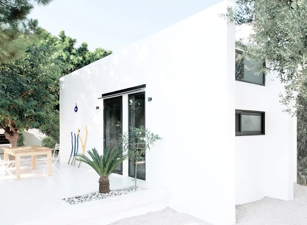 A monocabine abusa do branco na fachada e no interior. A cor foi eleita para promover desconexão dos hóspedes (Foto: Apartment Therapy/ Reprodução)