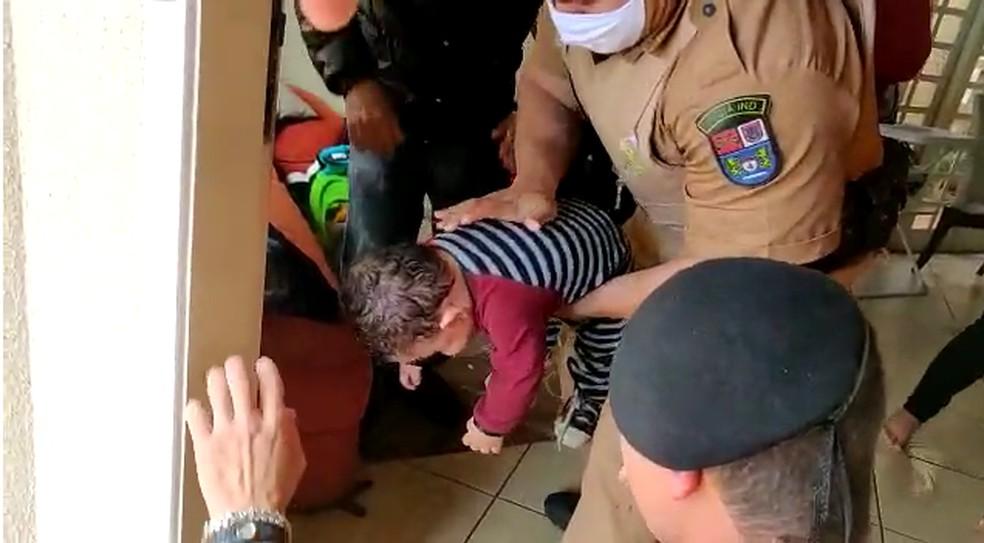 Criança voltou a respirar após policiais realizarem a manobra de Heimlich — Foto: Polícia Militar/Divulgação