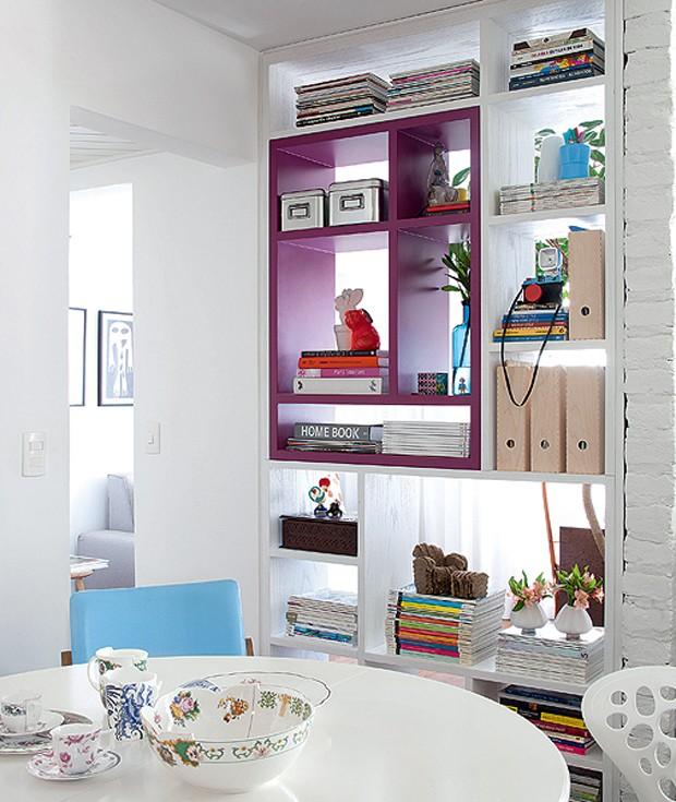 """A estante branca tem um nicho magenta. """"A intenção era dar um ponto de cor ao living"""", explica a arquiteta Marcela Madureira (Foto: Maíra Acayaba/Casa e Jardim)"""