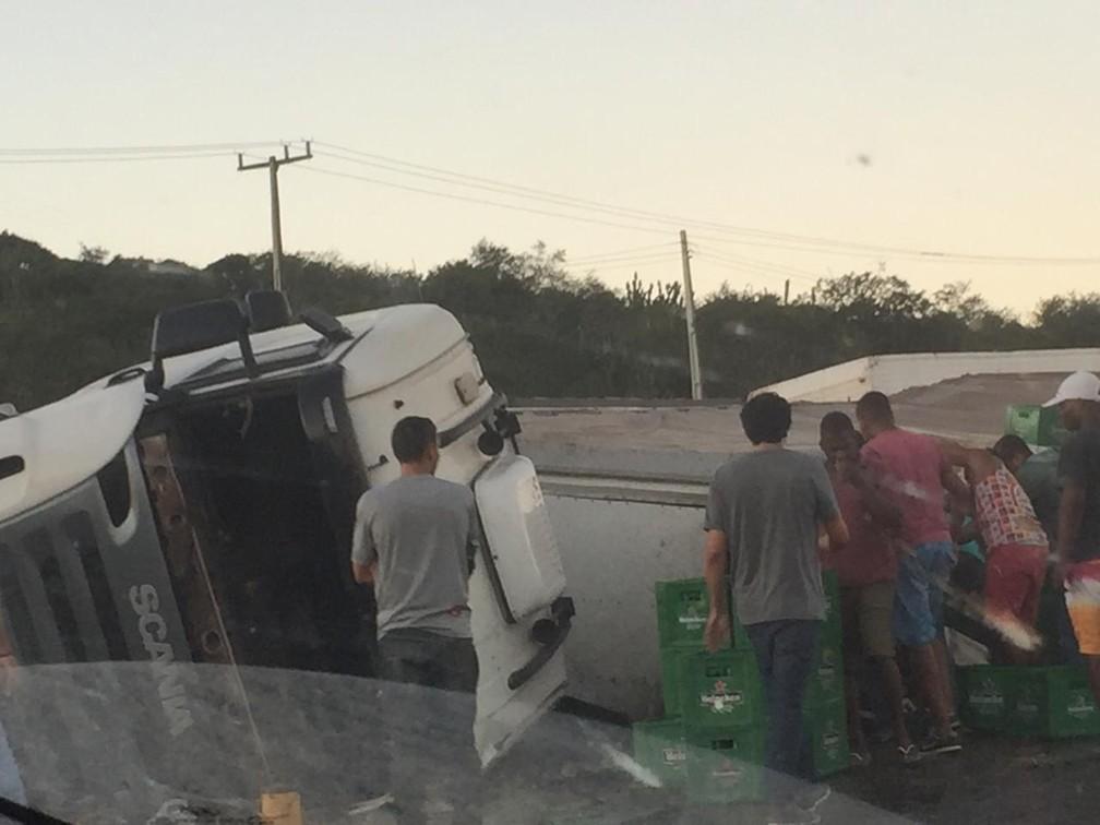 Motorista do caminhão sofreu ferimentos leves — Foto: Katia Batista