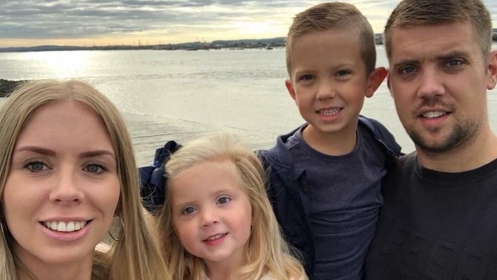 Charley-Anne Semple com o marido, Danny, e dois filhos, Tyler e Annabella - que estavam em casa quando ela desmaiou — Foto: Charley-Anne Semple