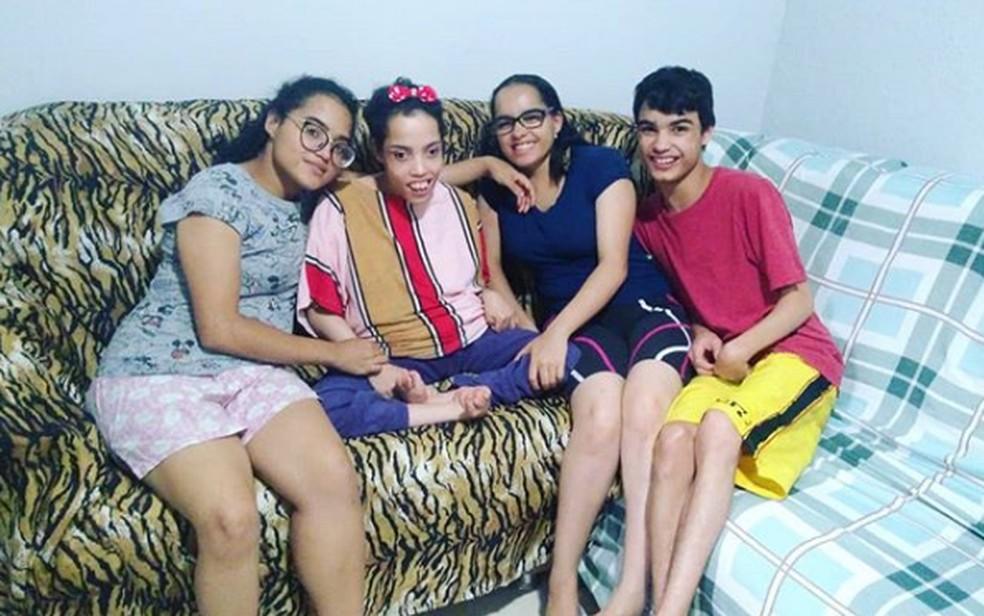 Os quadrigêmeos Marta, Ester, Rebeca e Davi, moradores de Taguatinga, no DF, têm deficiência cerebral — Foto: Instagram/Reprodução