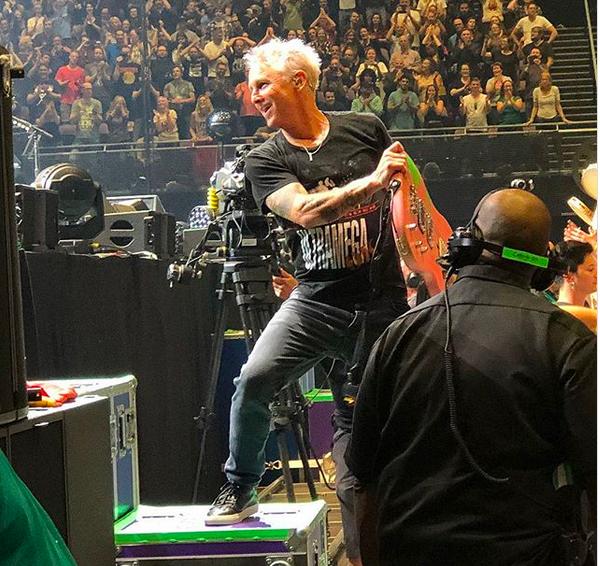 O guitarrista do Pearl Jam, Mike McCready, com a camisa em homenagem a Chris Cornell (Foto: Instagram)