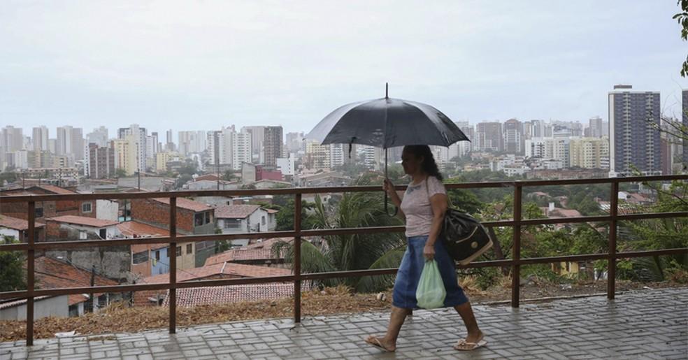 Chuva em Fortaleza alivia calor — Foto: Diário do Nordeste