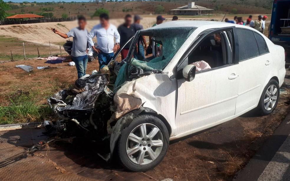Colisão frontal entre dois carros deixa quatro mortos na Bahia (Foto: Ed Santos/Acorda Cidade)