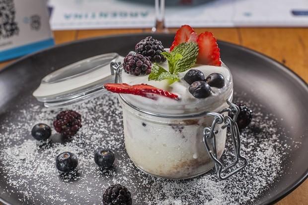 Receita de bolo de pote com calda de leite e frutas vermelhas