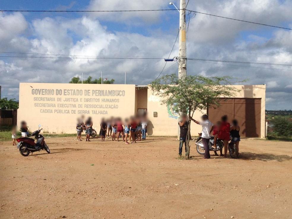 Rebelião ocorreu até a madrugada desta terça-feira (3) na Cadeia de Serra Talhada (Foto: Caren Diniz/TV Asa Branca)