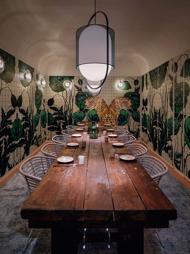 Restaurante une as culturas oriental e ocidental na decoração e gastronomia