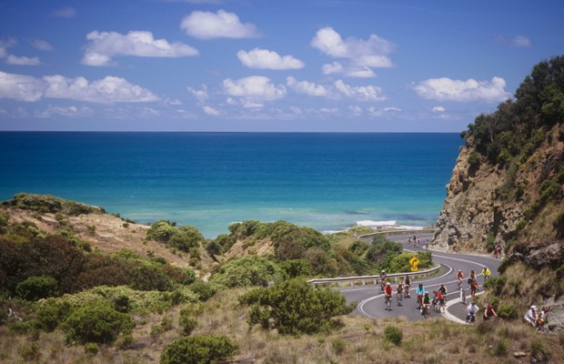 Cyclists participate on the Great Victorian Bike Ride along Australia's famous Great Ocean Road. (Foto: Getty Images/iStockphoto)
