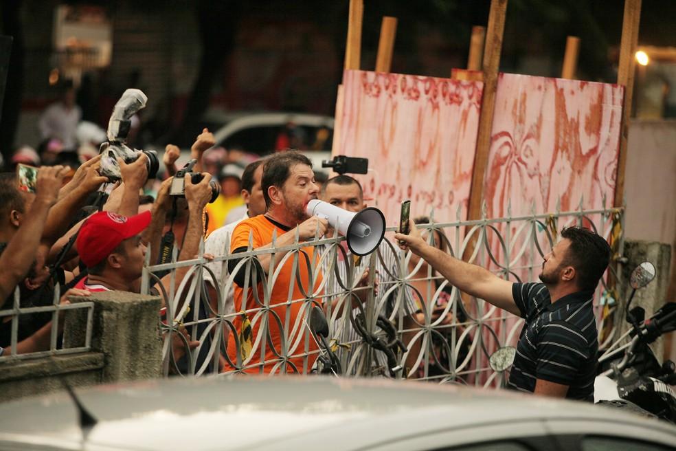Senador Cid Gomes em frente a batalhão da PM em Sobral — Foto: Wellington Macedo/Estadão Conteúdo