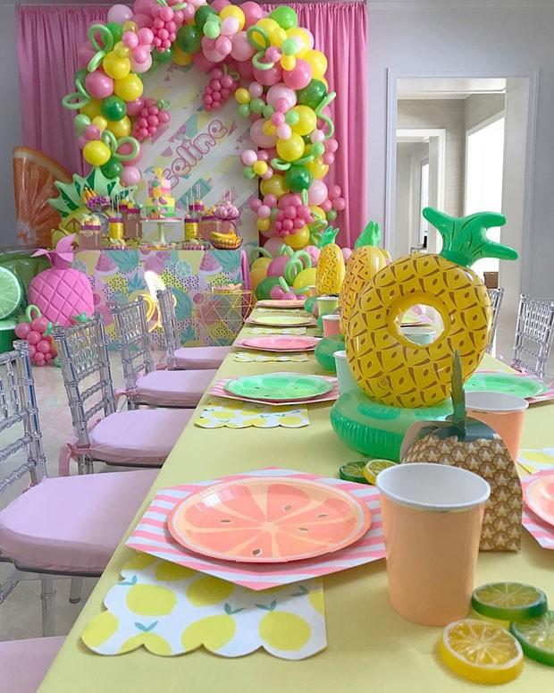 Décor do salão de festa com tema tutti-frutti (Foto: Reprodução / Instagram @DesignPlanPlay)