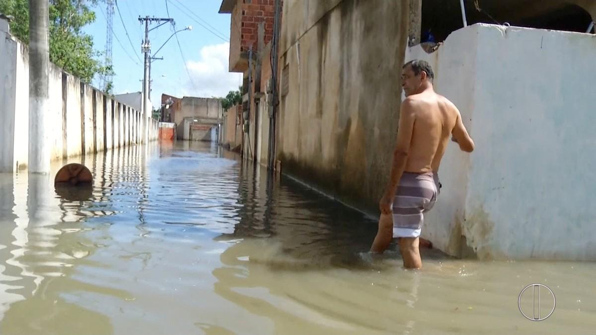 Chuva invade casas e deixa moradores ilhados em Campos, no RJ