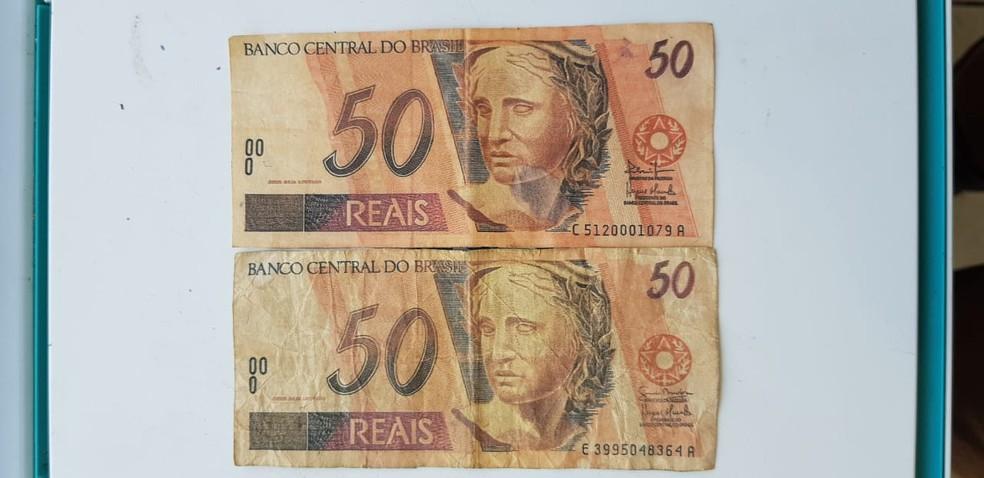 Dupla foi presa após os policiais encontrarem uma impressora, duas impressões de notas de R$ 50 e outras duas supostamente adulteradas — Foto: BPRv/Divulgação