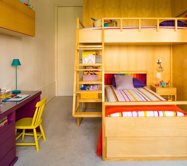 O arquiteto Diego Revollo foi chamado para unir o espaço de dormir e brincar de duas irmãs em um quarto de 16 m². Para resolver a questão, foi projetado um beliche com camas desencontradas e prateleiras sob o vão. Como material, o arquiteto escolheu o pín (Foto: Edu Castello/Editora Globo)