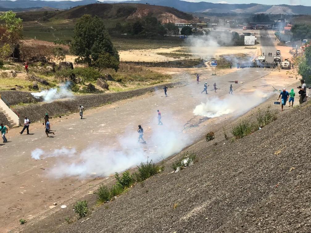 Confronto entre manifestantes e militares na fronteira da Venezuela com Brasil, em Pacaraima, Roraima — Foto: Alan Chaves/G1