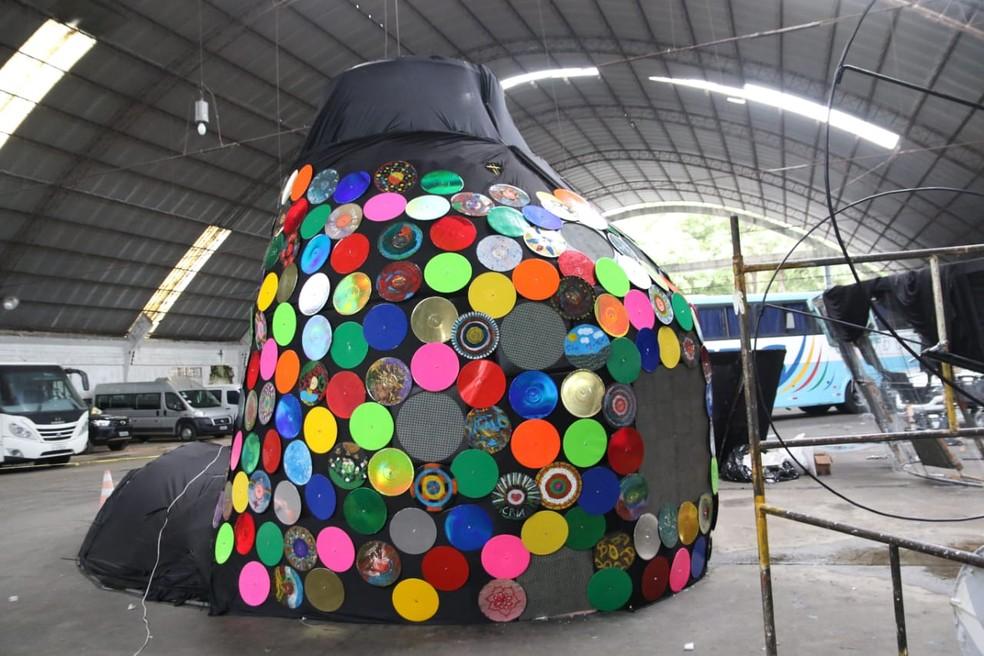 Discos de vinil e painéis de LED compõem a estrutura do galo gigante em 2020 — Foto: Aldo Carneiro/Pernambuco Press