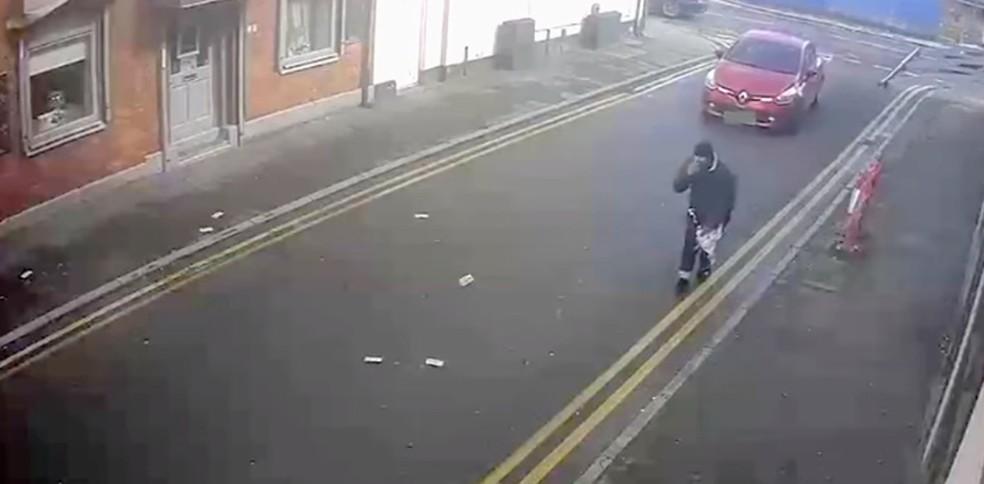 Assaltantes 'perdem' dinheiro de roubo para rajada de vento na Inglaterra (Foto: Foto: GM Police/YouTube)
