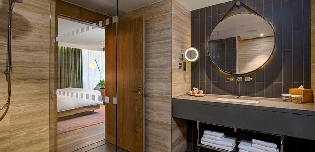 Banheiro da suíte do hotel em Londres também é feito com materiais que não foram testados em animais (Foto: Reprodução Hilton)