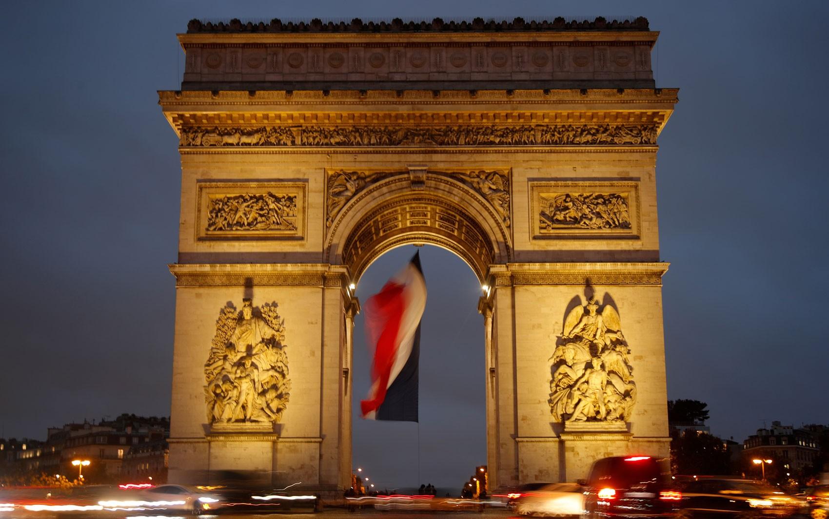 Paris: região em torno do Arco do Triunfo é esvaziada após falso alerta de bomba