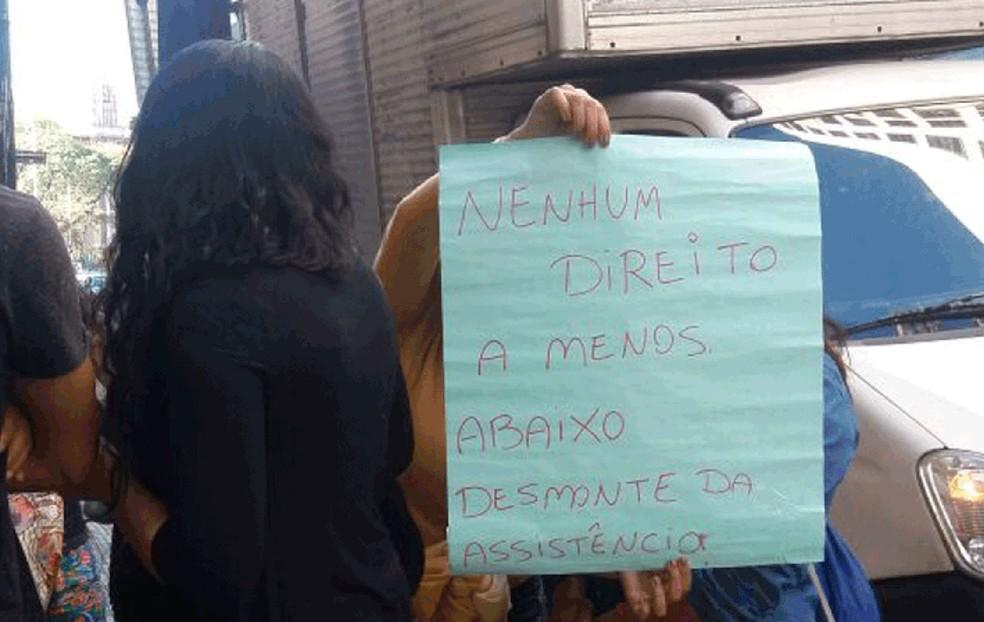 Grupo de pessoas protesta contra cortes na assistência social em frente à Prefeitura nesta sexta (28)  (Foto: Arquivo Pessoal)