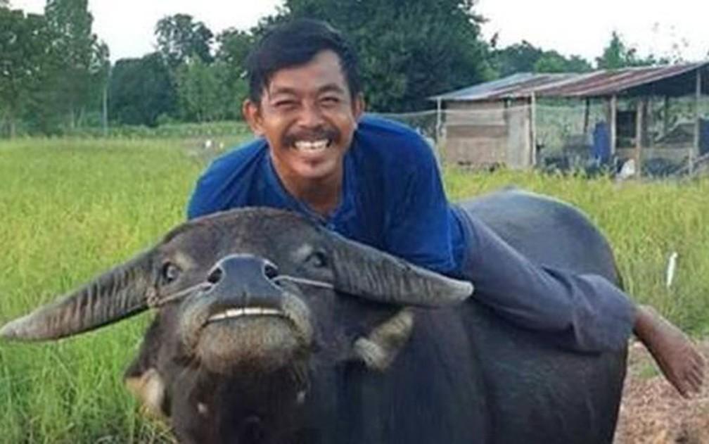Thong Kham começou a 'imitar' seu amigo humano nas fotos, que viralizaram nas redes sociais — Foto: Reprodução/Facebook/สุรัตน์ แผ้วเกตุ