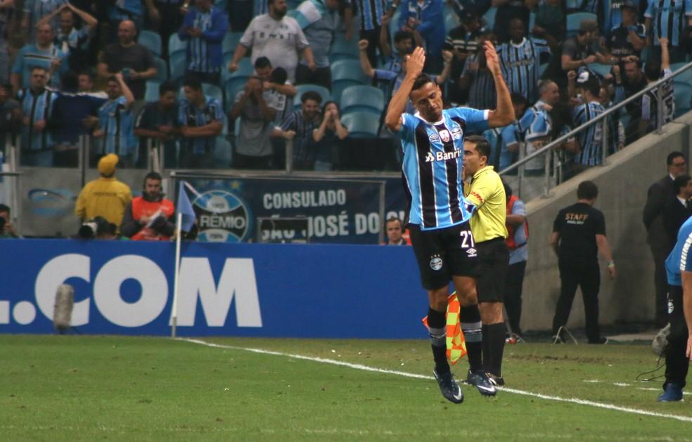 Cícero comemora se gol com a torcida (Foto: Diego Guichard)