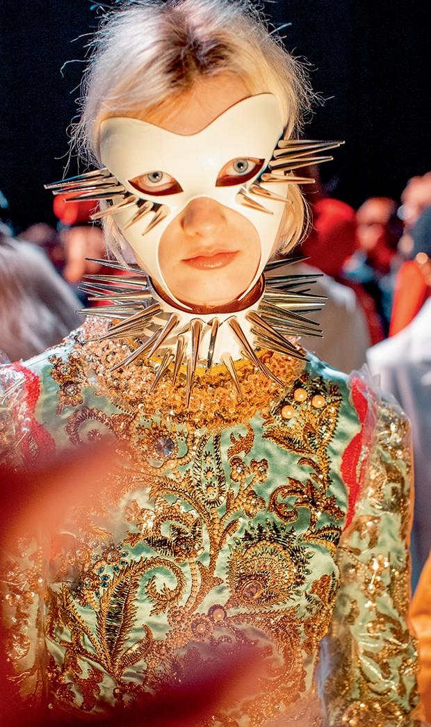 Moda e fetiche - Modelo veste máscara de Spikes no backstage da Gucci (Foto: Imaxtree)