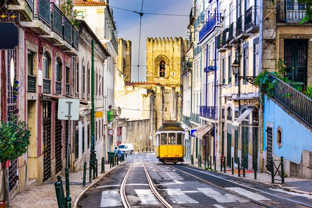 Lisbon, Porgugal cityscape and tram near Lisbon Cathedral. (Foto: Getty Images/iStockphoto)