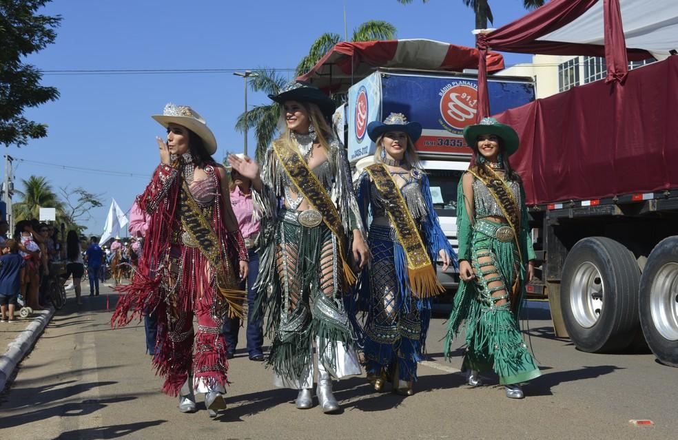 Rainha, 1ª e 2ª princesa e garota rodeio desfilaram pela avenida para saudar público (Foto: Jeferson Carlos/G1)