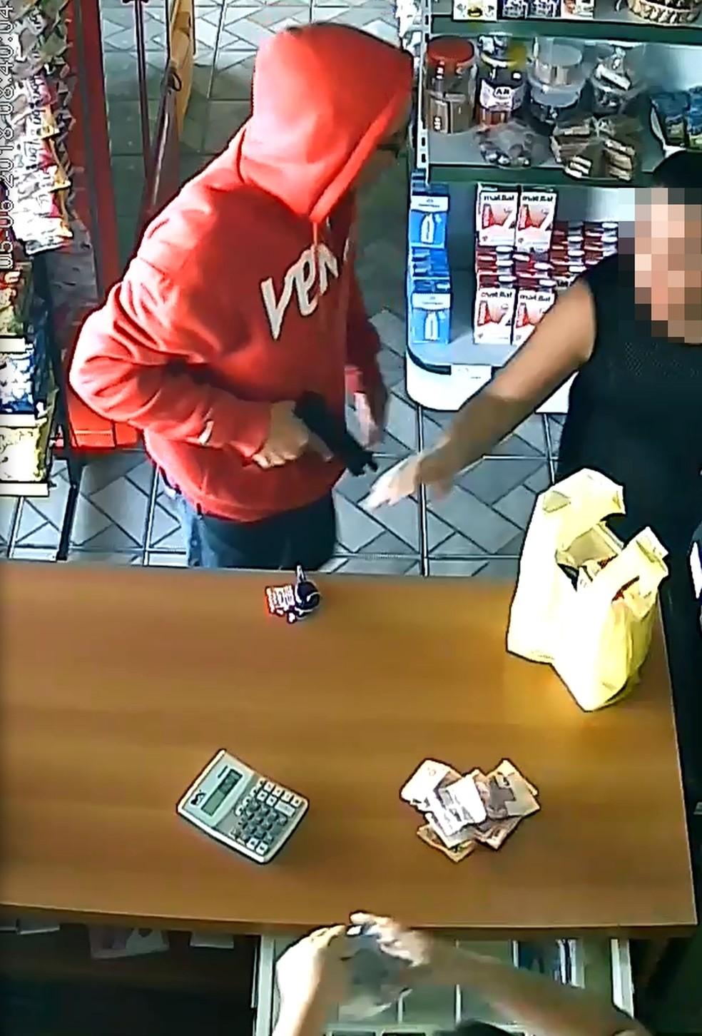 Ladrão levou dinheiro que estava no caixa, mas acabou preso (Foto: Reprodução/Câmera de segurança)
