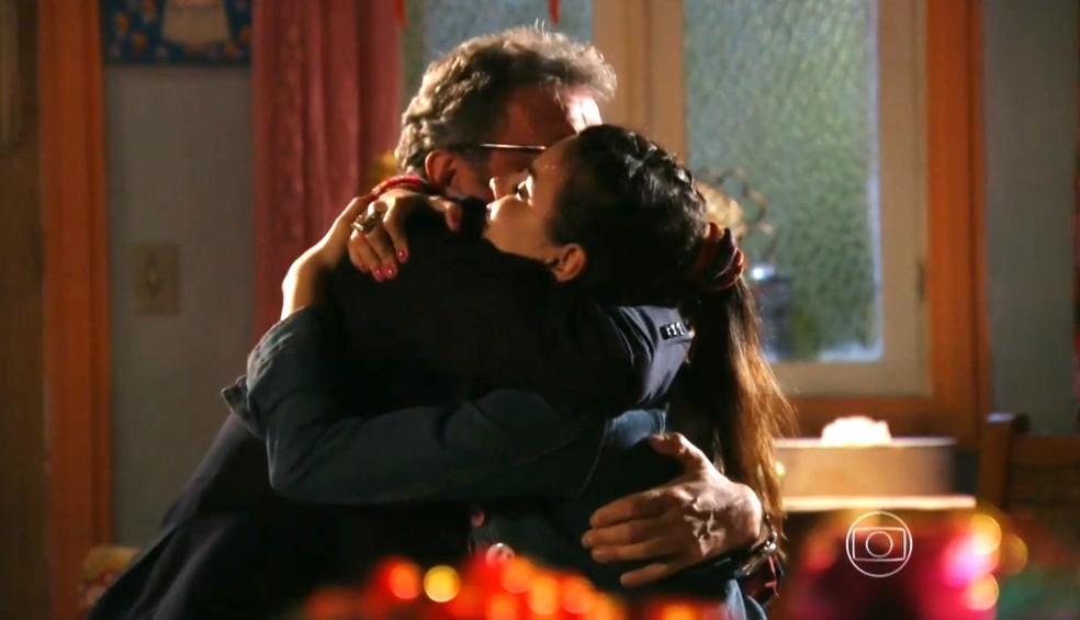 Duque (Jean Pierre Noher) e Amaralina (Sthefany Brito) se abraçam após conversa como avô e neta - 'Flor do Caribe' — Foto: Globo