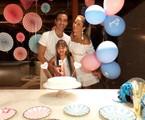 Ticiane Pinheiro, o marido, o jornalista César Tralli, e a filha de 9 anos, Rafa no chá revelação | Arquivo pessoal