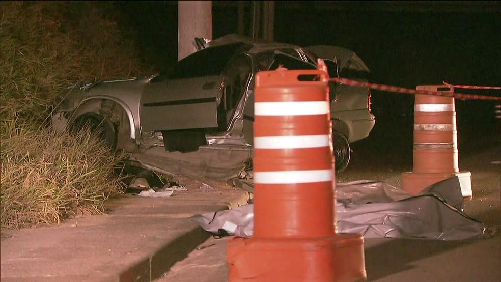 Carro colidiu com poste próximo ao acesso ao Rodoanel (Foto: Reprodução/TV Globo)