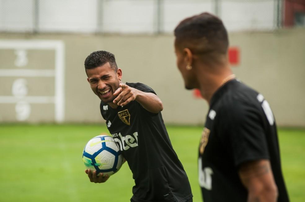 Rojas brinca com Everton no treino do São Paulo (Foto: MAURíCIO RUMMENS/FOTOARENA/ESTADÃO CONTEÚDO)