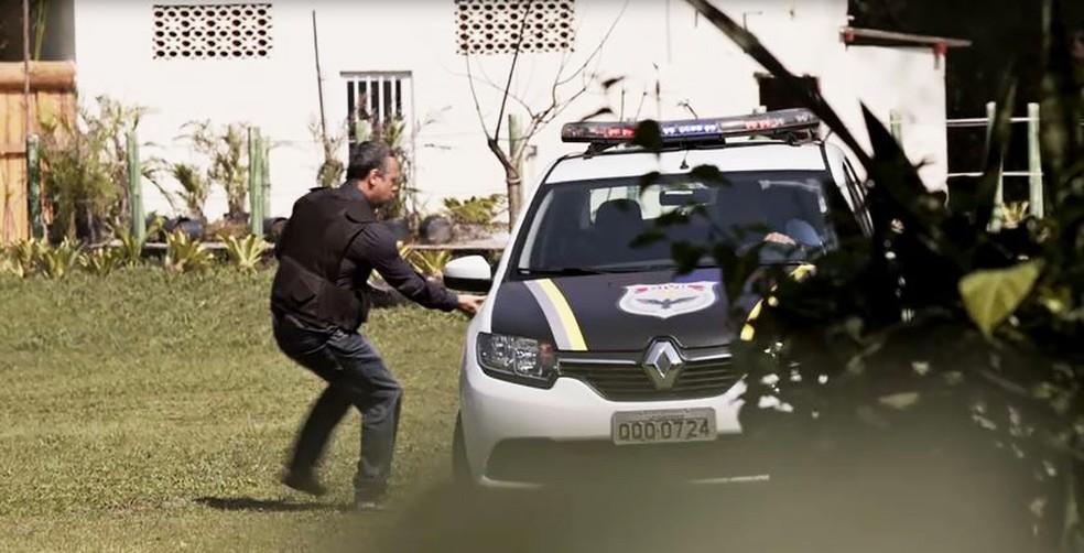 Almeidinha (Danton Mello) corre atrás da vilã na novela das 6 — Foto: Globo