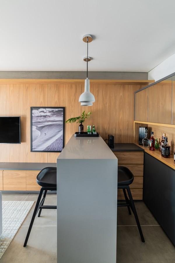 Décor tem madeira e tons sóbrios em 50 m²  (Foto: FOTOS GUILHERME PUCCI)