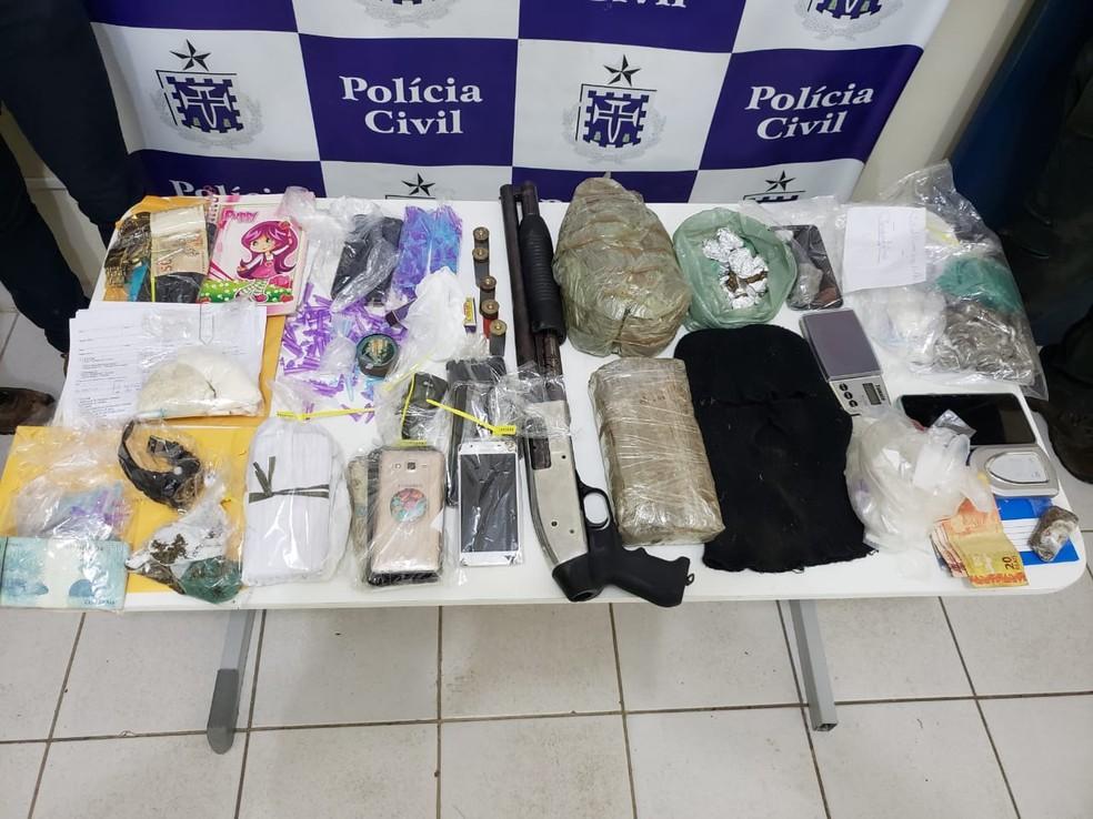 Arma, drogas e dinheiro foram apreendidos durante ação na Bahia  — Foto: Divulgação/SSP