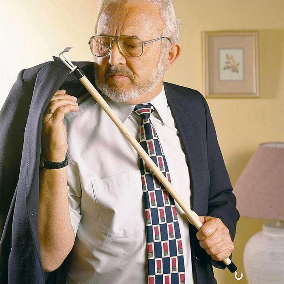Duplo uso: gancho serve para pegar objetos e na hora de se vestir (Foto: Welcomemobility.co.uk/Divulgação )