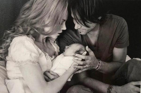 Nicole Kidman e o marido com a filha Sunday, em uma foto antiga (Foto: Instagram)