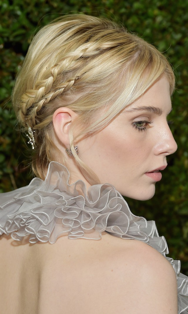 O penteado de Lucy Boynton, que mostrou que o corte bob bem curtinho dá sim espaço para inventar looks diferentes. (Foto: Getty Images)