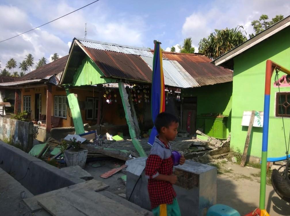 Casa ficou danificada após um tremor em Donggala, no centro de Sulawesi, na Indonésia, nesta sexta-feira (28). Após o abalo que danificou a residência, um tremor de magnitude 7,5 voltou a atingir a região  â?? Foto: Agência de Gestão de Desastres via AP