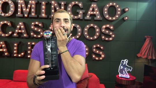 Kaysar é surpreendido com réplica do troféu por indicação ao 'Melhores do Ano': 'Que honra!'