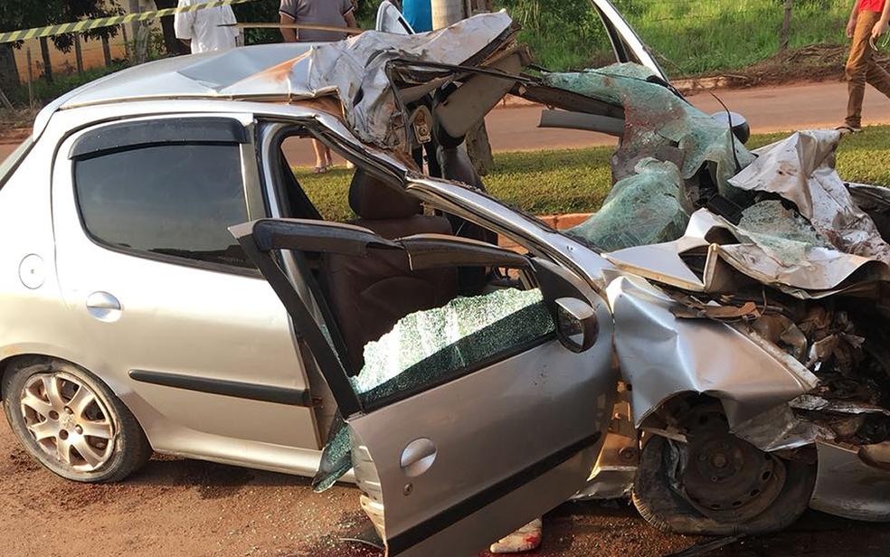 Carro em que a família estava ficou completamente destruído (Foto: Polícia Militar-MT/ Divulgação)