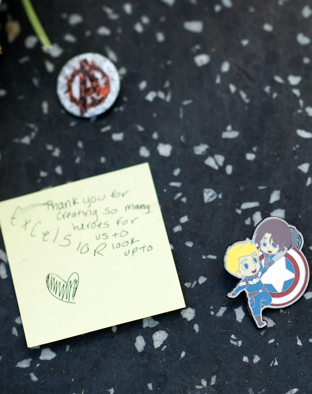 Fã deixa mensagem de agradecimento a Stan Lee — Foto: VALERIE MACON / AFP