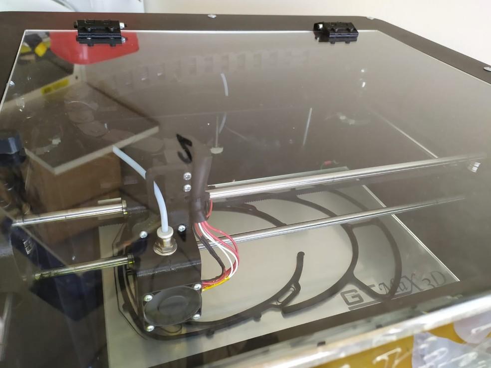 Processo de impressão de máscara por impressora 3D no IFSP de Capivari — Foto: Divulgação/ IFSP