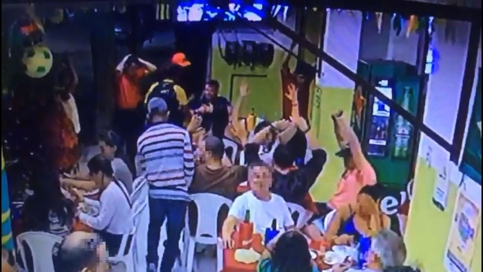 Bando rende e assalta clientes em bar em Fortaleza (Foto: Reprodução)
