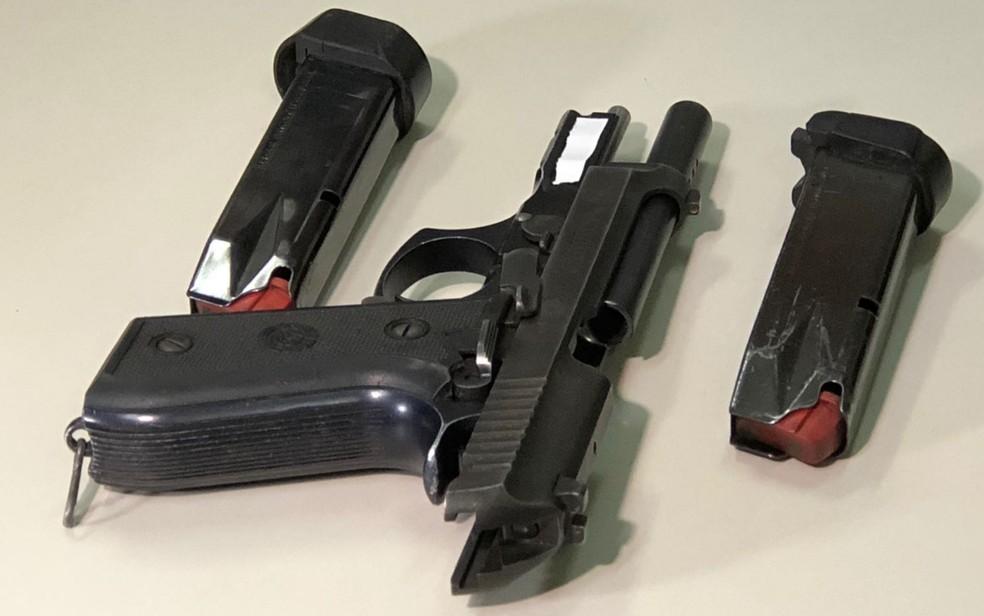 Pistola .40 usada por estudante de 14 anos que atirou em colegas no Colégio Goyases (Foto: Danila Bernares/TV Anhanguera)