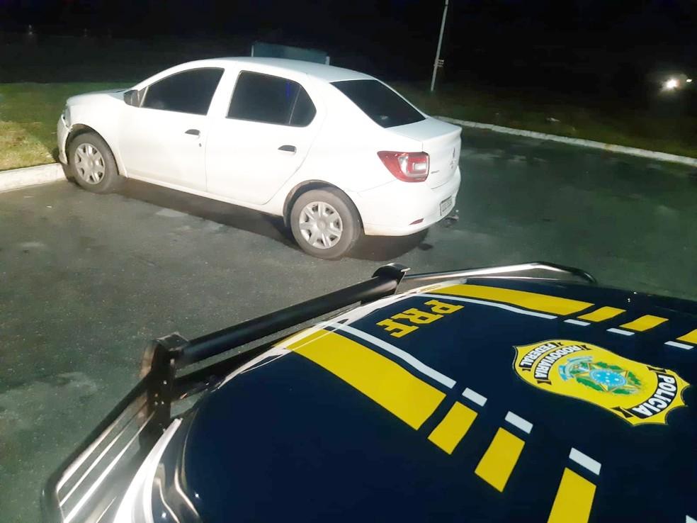 Carro foi recuperado na BR-232 em Caruaru — Foto: Divulgação/PRF