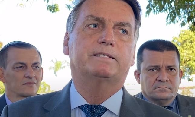 Bolsonaro falando para apoiadores no cercadinho